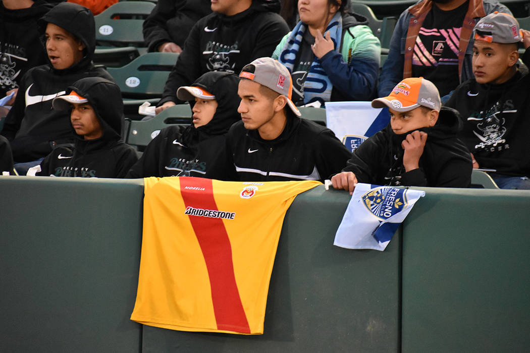 Un aficionado de Monarcas Morelias, de la Liga MX, estuvo presente en el estadio. Sábado 17 de marzo de 2018 en estadio Chukchansi de Fresno, California. Foto Anthony Avellaneda / El Tiempo.