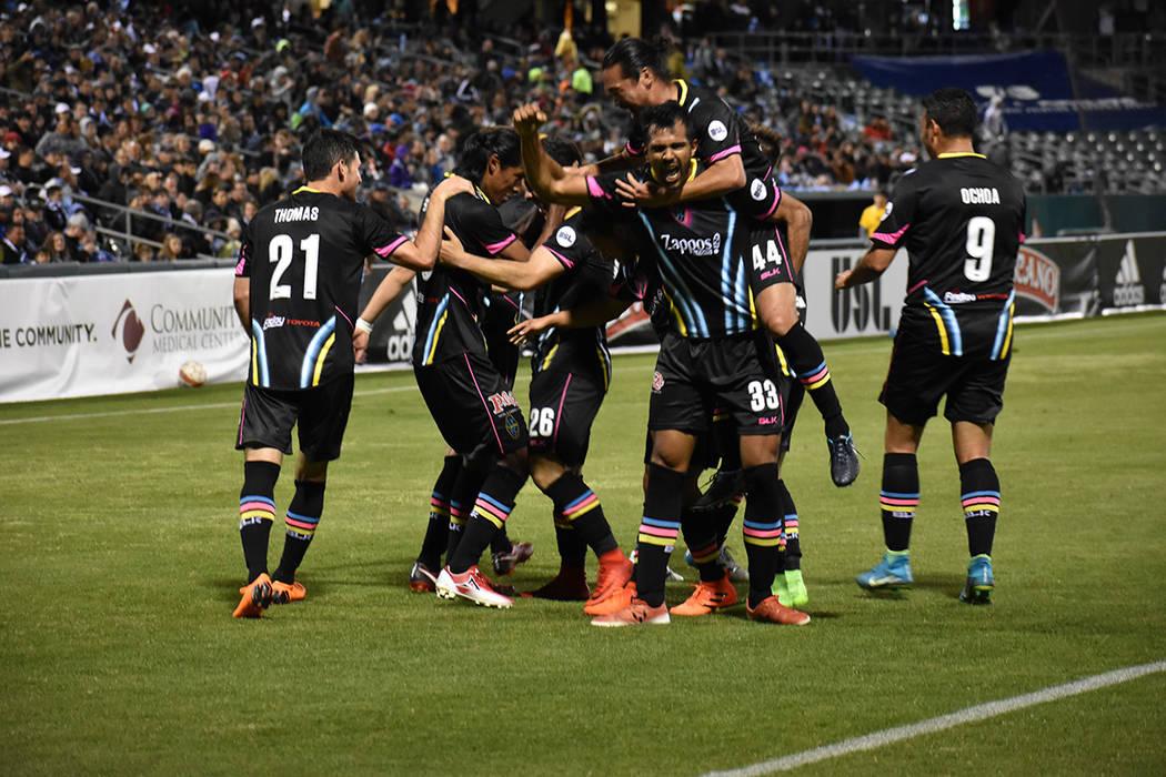 Jugadores de Las Vegas Lights FC celebrán el tercer gol del partido anotado por Joel Huiqui. Sábado 17 de marzo de 2018 en estadio Chukchansi de Fresno, California. Foto El Tiempo.