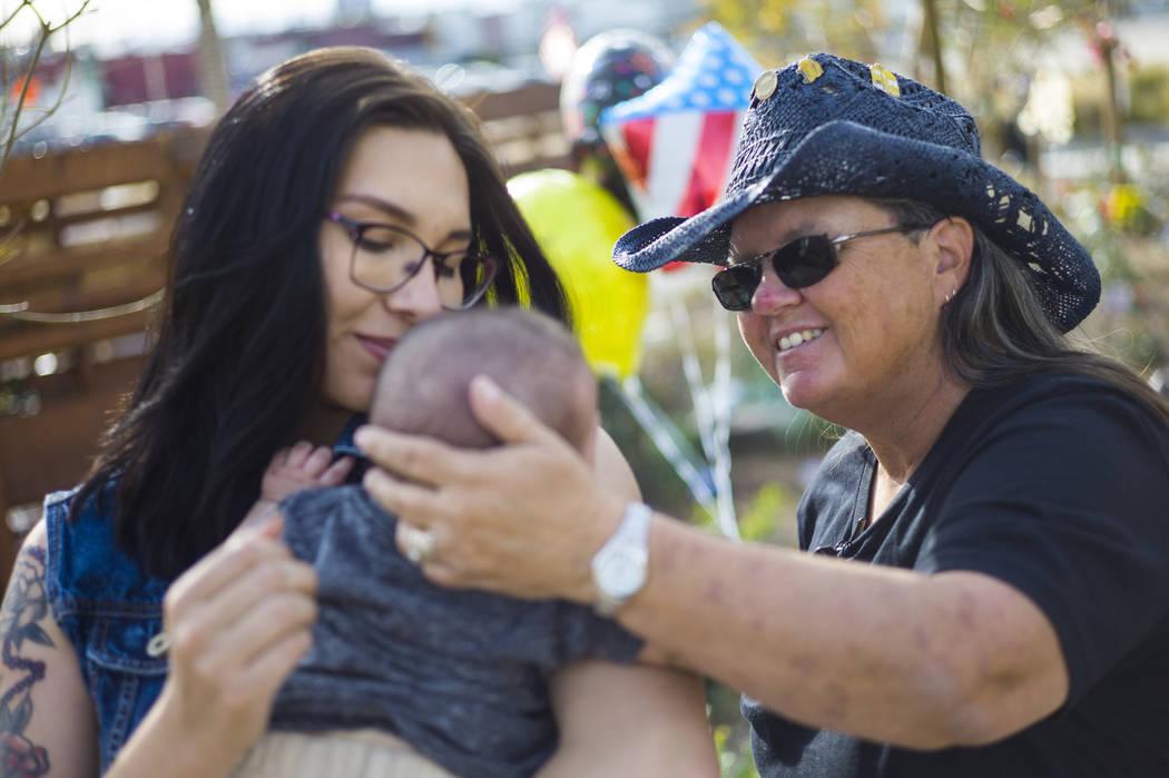 Oct. 1 La superviviente del tiroteo Sue Ann Cornwell, izquierda, saluda a Miriam Lujan, a quien ayudó a rescatar, y al hijo de Lujan, Xander Finch, quien nació en las semanas posteriores al tiro ...