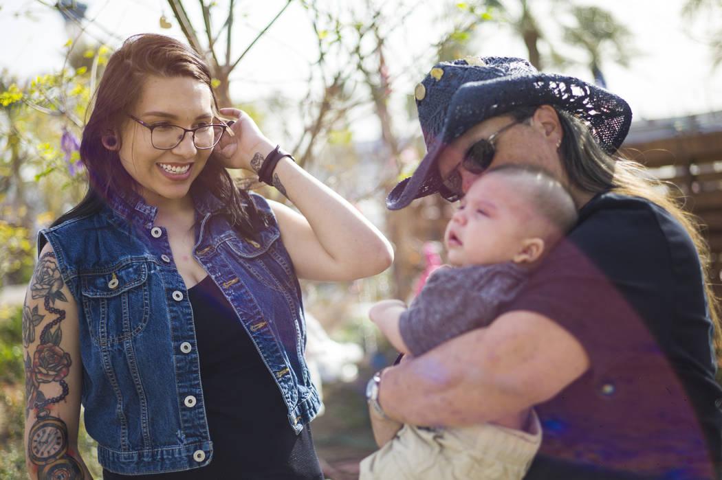 Oct. 1 La superviviente de disparos Sue Ann Cornwell, derecha, sostiene al infante Xander Finch cuya madre Miriam Lujan, no fotografiada, fue rescatada por Cornwell en el festival Route 91, mientr ...
