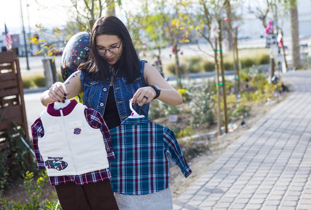 La sobreviviente Miriam Lujan mira los regalos para su hijo Xander Finch que le dio la sobreviviente Sue Ann Cornwell, quien ayudó a rescatar a Lujan en el festival Route 91, mientras visitaba Co ...