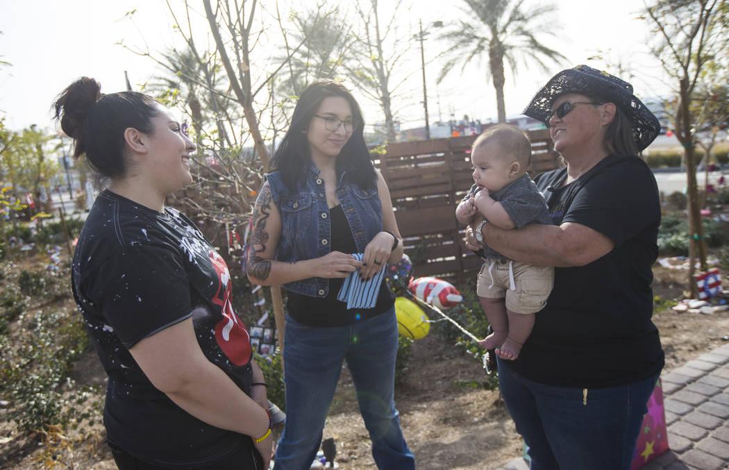 Supervivientes del tiroteo del 1 de octubre, desde la izquierda, Cynthia Vélez, Miriam Lujan y Sue Ann Cornwell, con el infante Xander Finch cuya madre Miriam Lujan, izquierda, fue rescatada por  ...