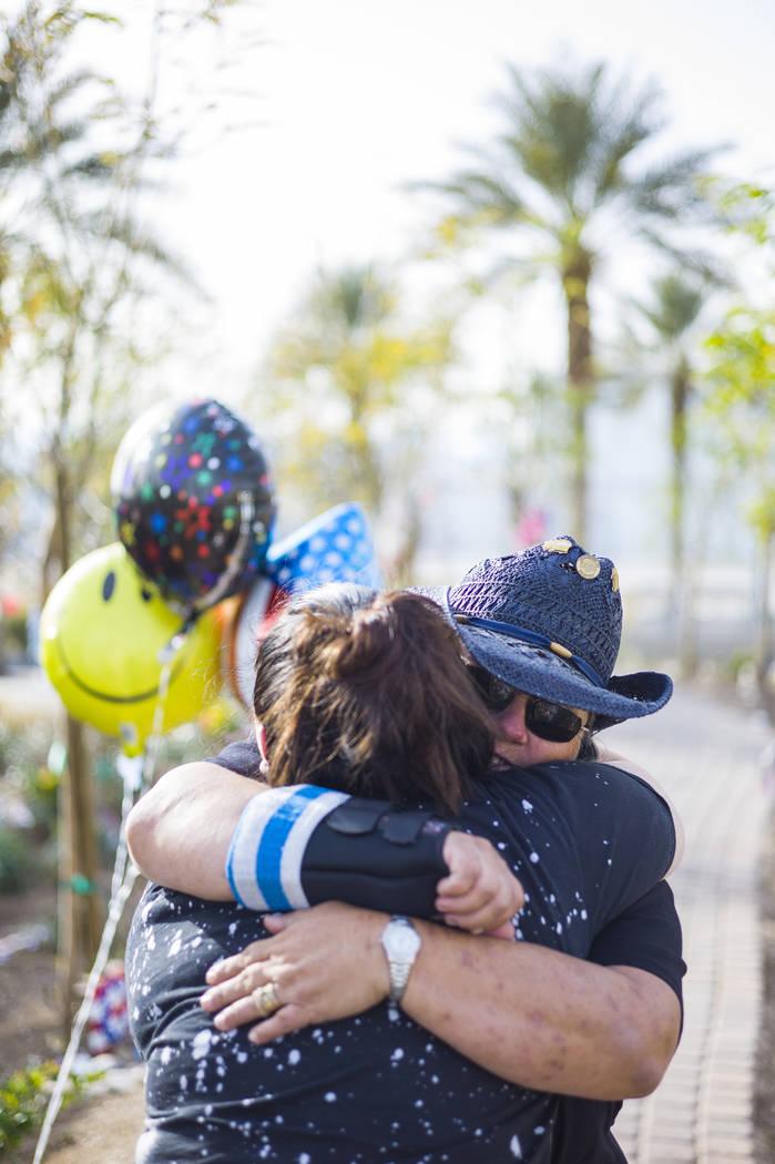 La sobreviviente del tiroteo: Sue Ann Cornwell, derecha, abraza a su compañera superviviente Cynthia Vélez en el Community Healing Garden en el centro de Las Vegas el viernes 9 de marzo de 2018. ...