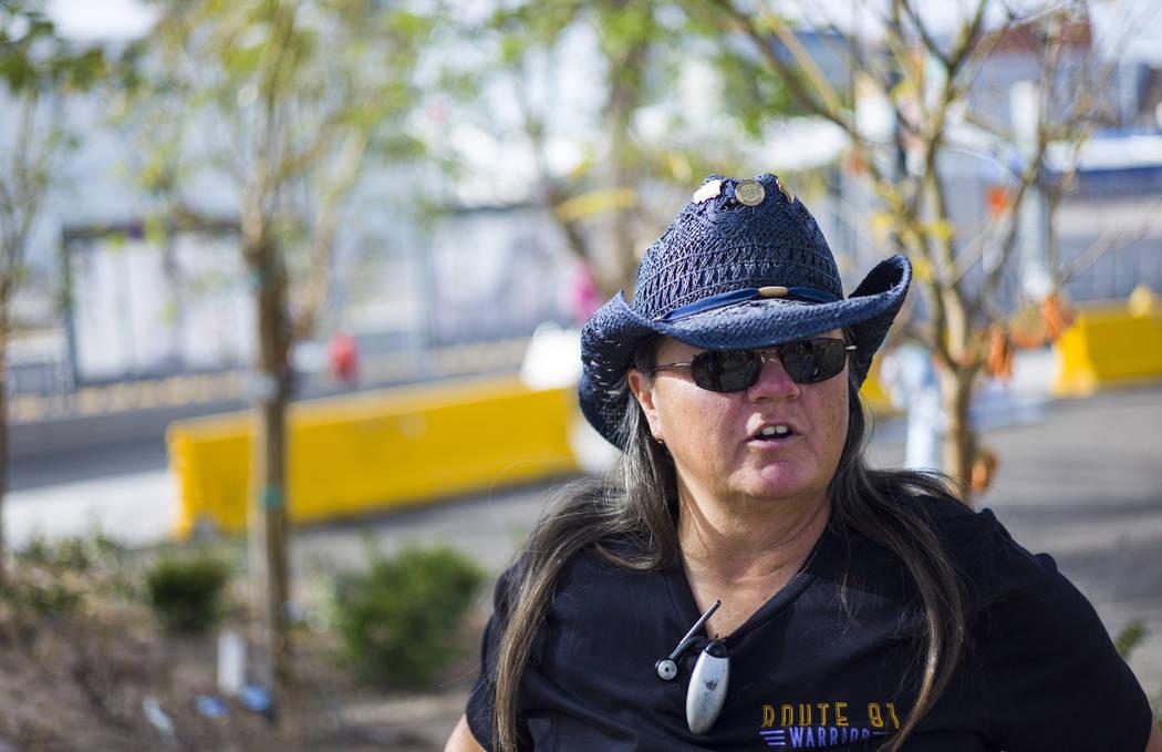 La superviviente de disparos del 1 de octubre: Sue Ann Cornwell en el Community Healing Garden en el centro de Las Vegas el viernes 9 de marzo de 2018. Cornwell y Lujan se estaban visitando por pr ...