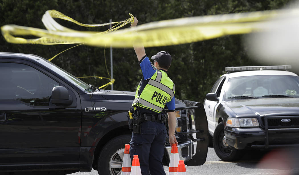 Un oficial de la policía de Austin levanta una barrera cerca del sitio de la explosión del domingo, el lunes 19 de marzo de 2018, en Austin, Texas. Varias personas resultaron heridas en la explo ...
