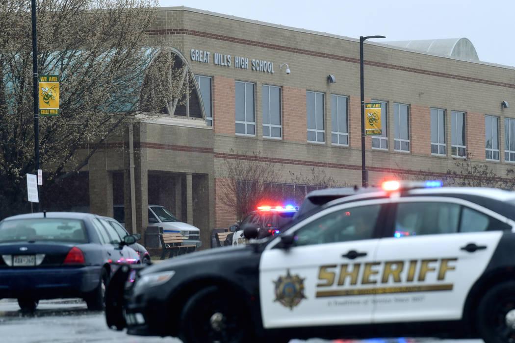 Oficiales, agentes federales y personal de rescate convergen en Great Mills High School, escenario de un tiroteo, el martes 20 de marzo de 2018 en Great Mills, Maryland (Susan Walsh / AP).