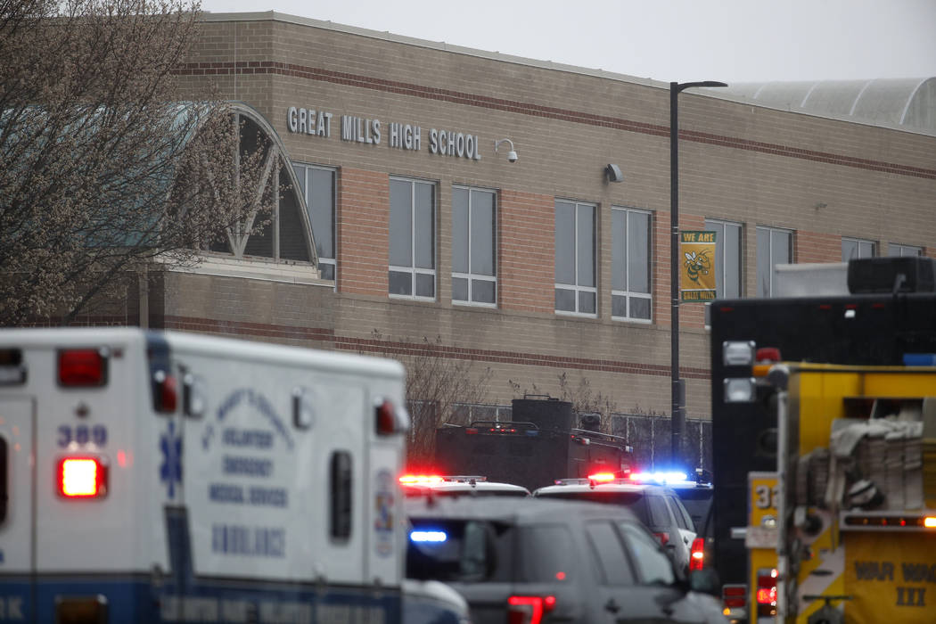Oficiales, agentes federales y personal de rescate convergen en Great Mills High School, escenario de un tiroteo, la mañana del martes 20 de marzo de 2018 en Great Mills, Maryland. El tiroteo dej ...