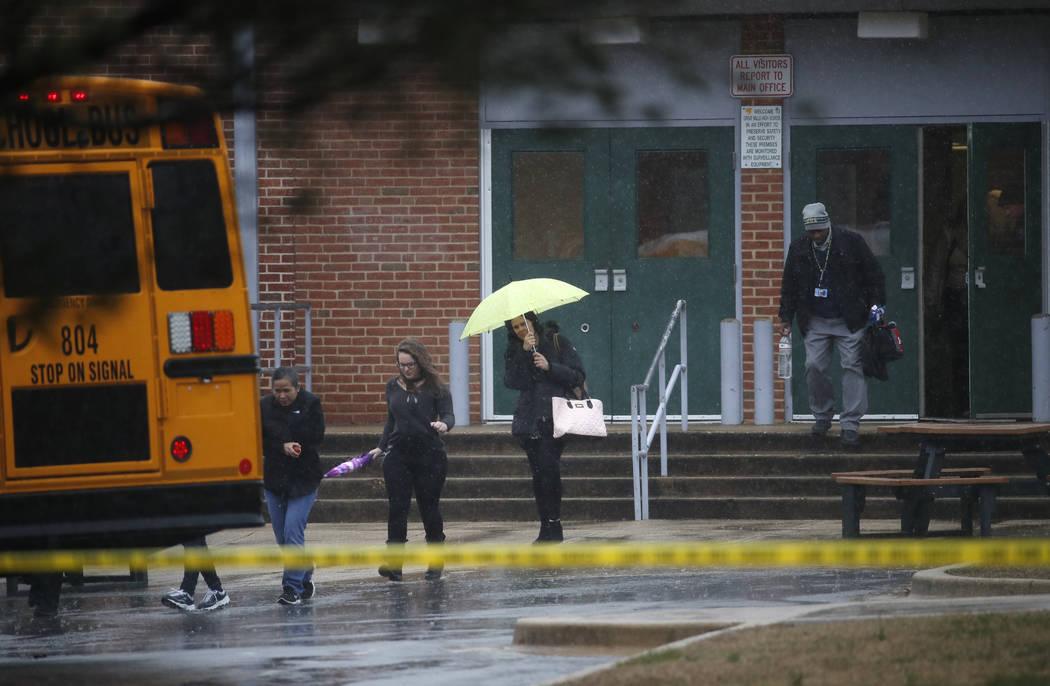 Maestros y empleados escolares parten de Great Mills High School, en el escenario del tiroteo, el martes 20 de marzo de 2018 en Great Mills, Maryland Un adolescente hirió a una niña y un niño e ...