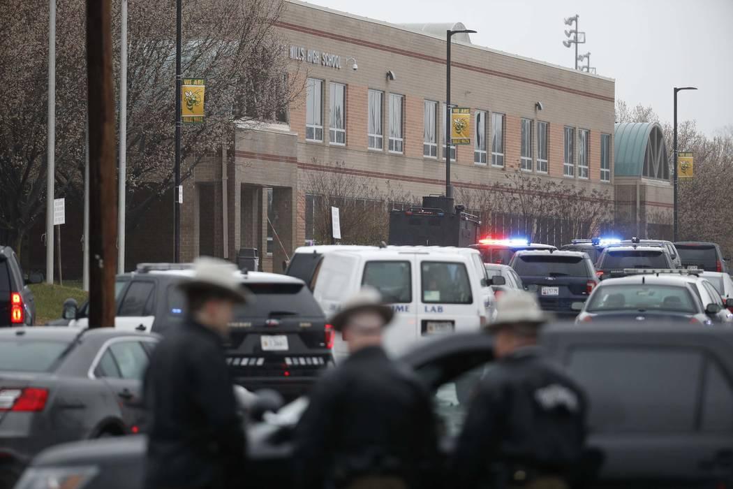 Oficiales y agentes federales convergen en Great Mills High School, en la escena de un tiroteo, el martes 20 de marzo de 2018 en Great Mills, Maryland. El tiroteo dejó al menos tres personas heri ...