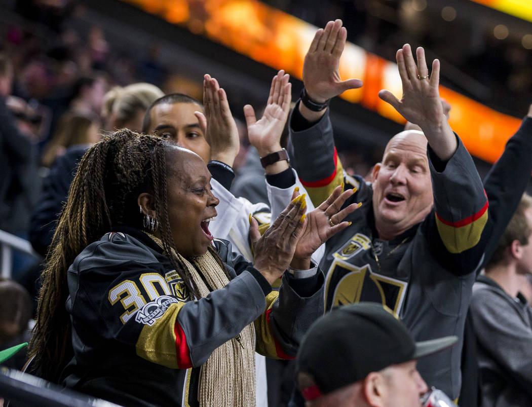 Los fans celebran después del tercer gol del juego de los Golden Knights durante el segundo periodo de un juego de hockey NHL en la Arena T-Mobile en Las Vegas el viernes 23 de febrero de 2018. P ...