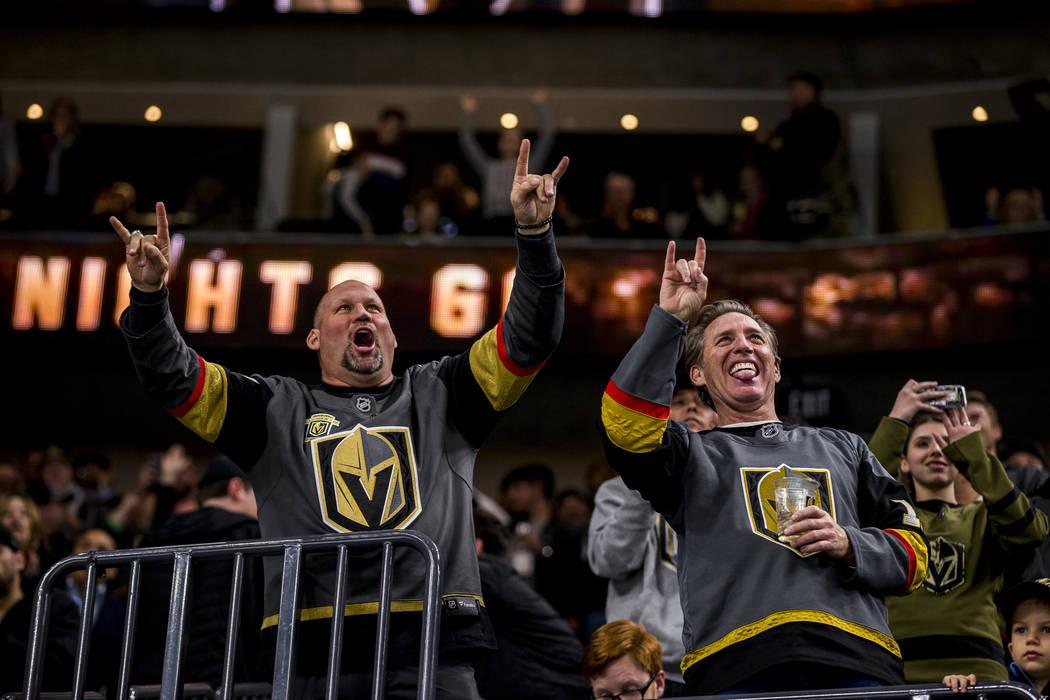 Los fans celebran después del sexto gol del juego de los Golden Knights durante el segundo periodo de un juego de hockey NHL en la Arena T-Mobile en Las Vegas el viernes 23 de febrero de 2018. Pa ...