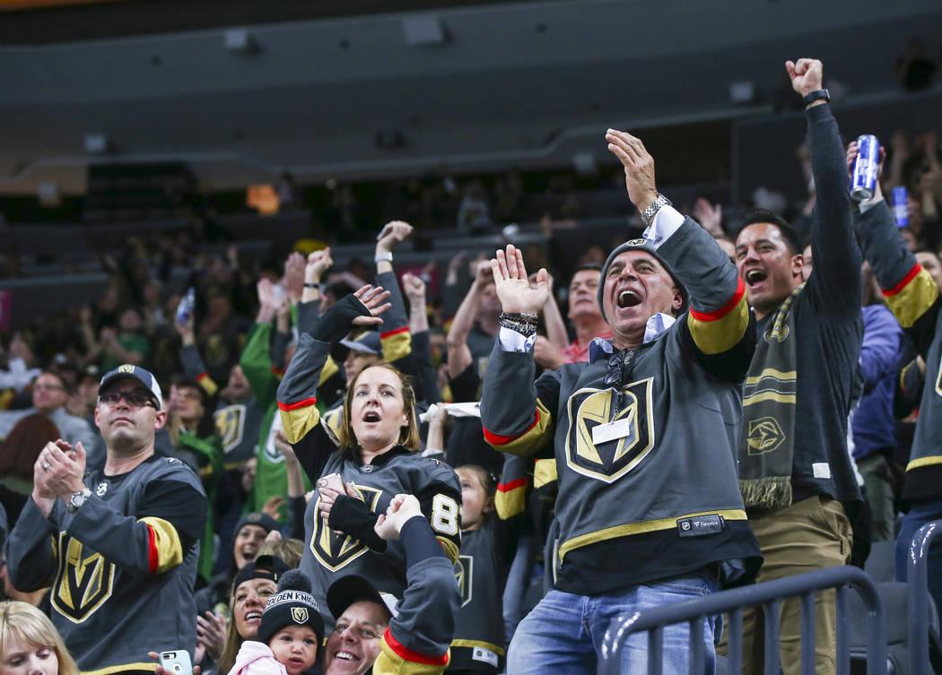 Los fanáticos de los Golden Knights celebran el primer gol del equipo contra los New Jersey Devils durante el segundo periodo de un juego de hockey NHL en la Arena T-Mobile en Las Vegas el miérc ...