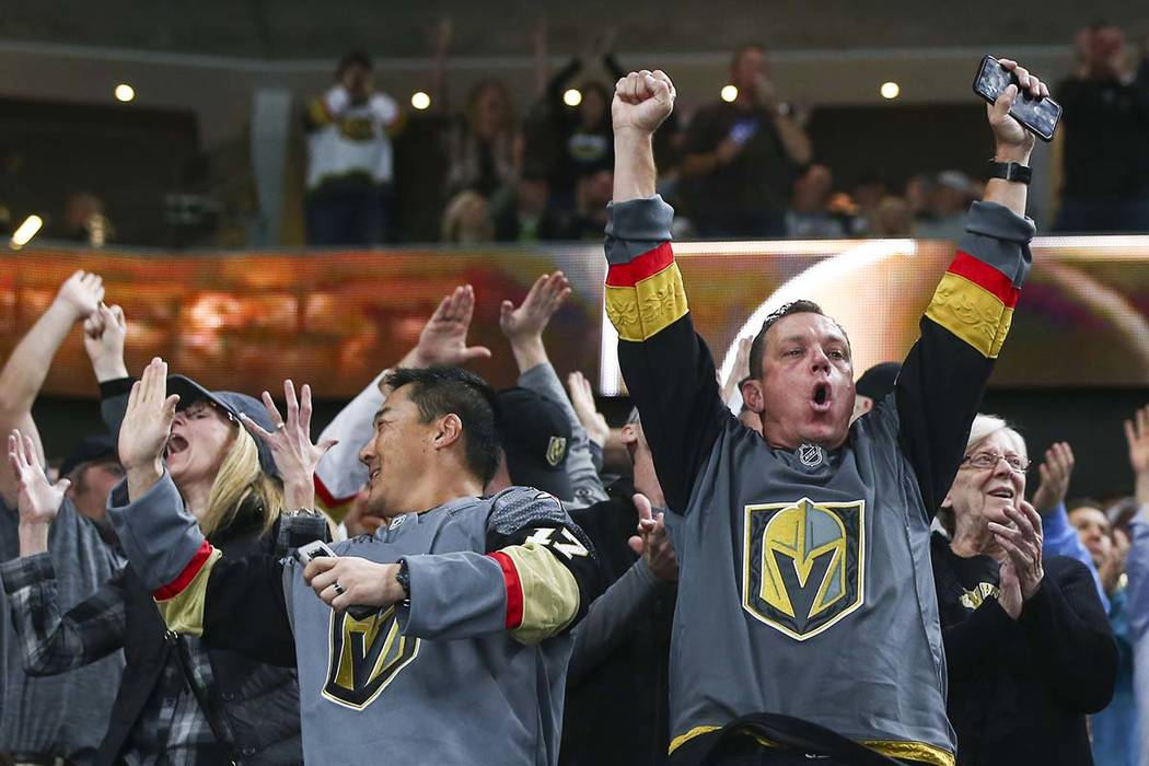 Los fanáticos de los Golden Knights celebran el segundo gol contra los New Jersey Devils durante el segundo periodo de un juego de hockey de la NHL en la Arena T-Mobile en Las Vegas el miércoles ...