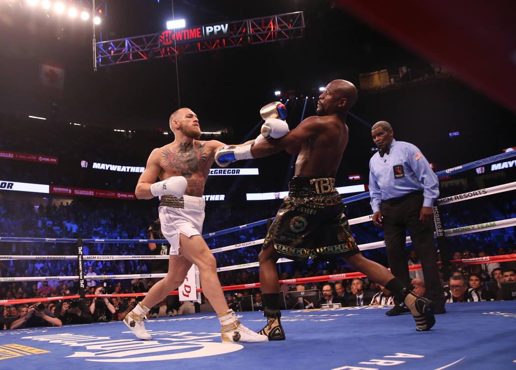 Conor McGregor golpea a Floyd Mayweather Jr. durante la primera ronda de su pelea en la Arena T-Mobile, el sábado 26 de agosto de 2017 en Las Vegas. Benjamin Hager Las Vegas Review-Journal