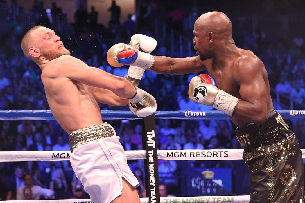Floyd Mayweather, a la derecha, le da un puñetazo a Conor McGregor en la ronda en blanco el sábado 26 de agosto de 2017 en la Arena T-Mobile, en Las Vegas. Benjamin Hager Las Vegas Review-Journa ...