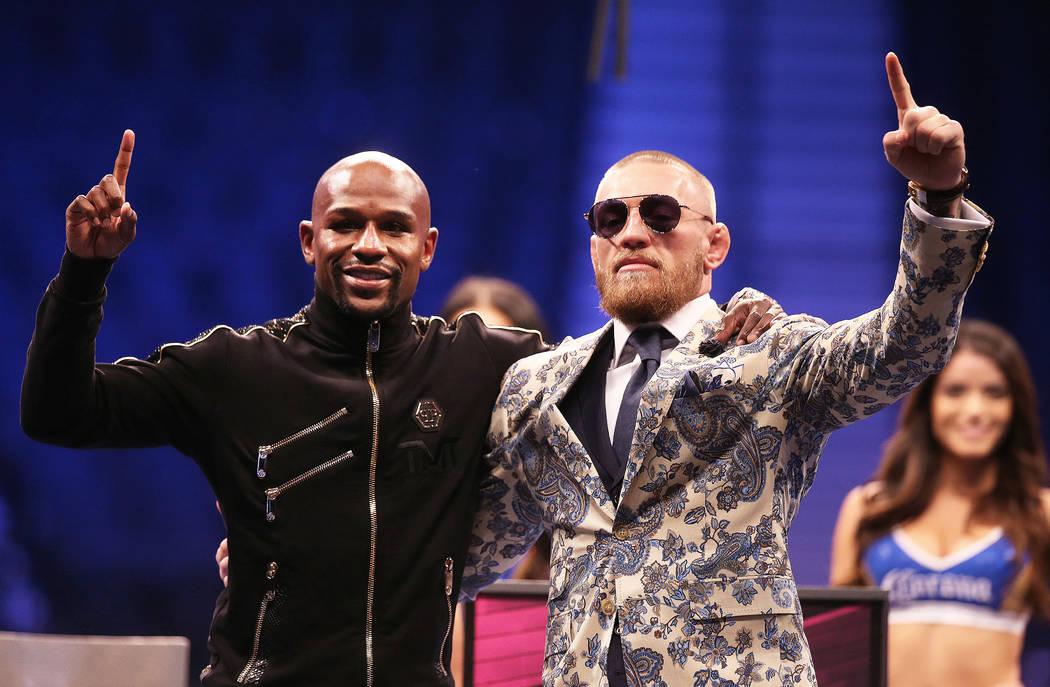 Floyd Mayweather, izquierda, y Conor McGregor saludan a la multitud en la conferencia de prensa posterior a la pelea el sábado, 26 de agosto de 2017, en la Arena T-Mobile, en Las Vegas. Benjamin  ...