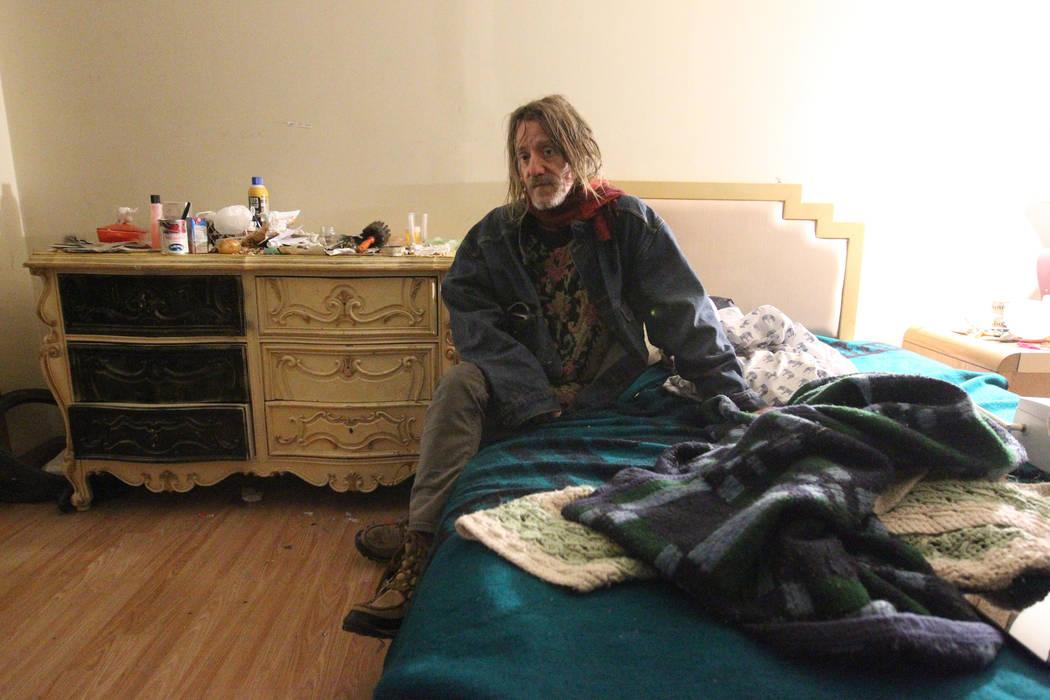 Gary, quien no quiso dar su apellido, habla con un periodista en su habitación en 724 N. 9th St. en el centro de Las Vegas el jueves 25 de enero de 2018. La casa era parte de un programa estatal  ...