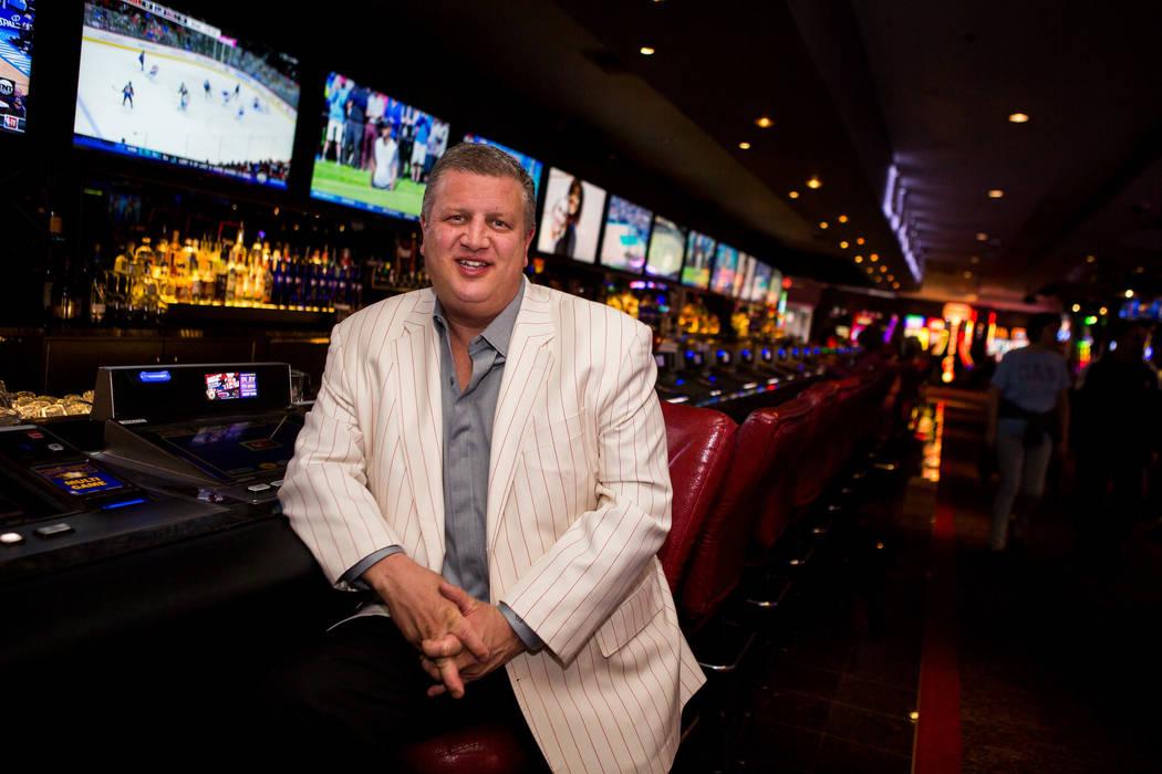 Derek Stevens, CEO y propietario de D Las Vegas, en el Long Bar en D Las Vegas el jueves 15 de febrero de 2018. El hotel-casino ahora acepta Bitcoin en algunos de sus restaurantes, tiendas de rega ...