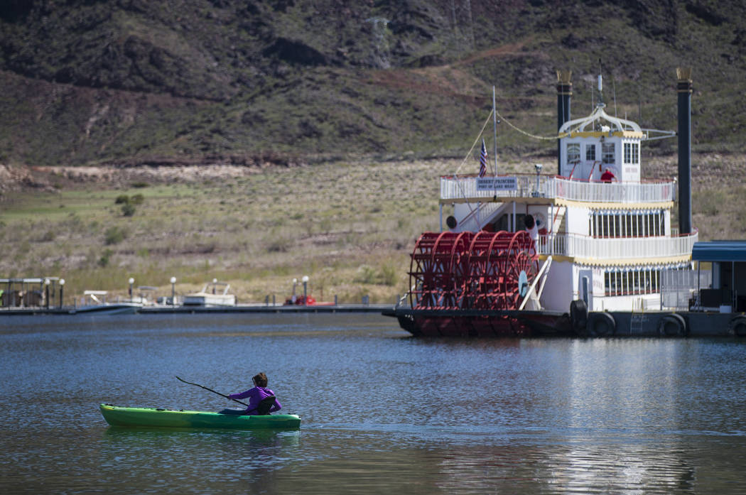 Un kayakista en el puerto de Hemenway en el Área Recreativa Nacional Lake Mead el lunes 19 de marzo de 2018. (Chase Stevens / Las Vegas Review-Journal) @csstevensphoto