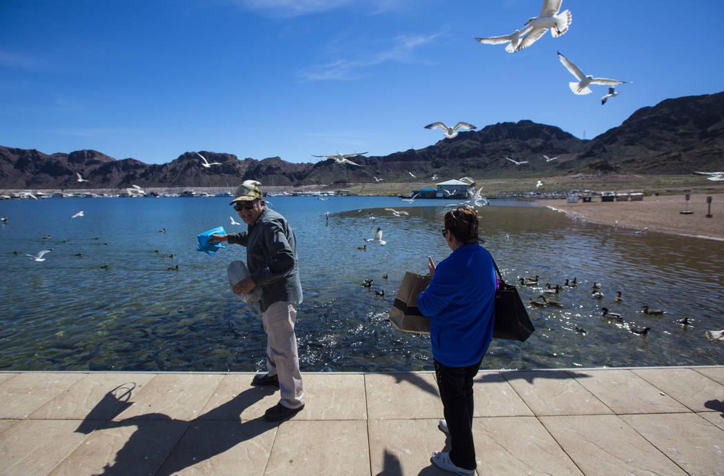 Los residentes de Henderson Byron Vasquez, izquierda, y su esposa Rosemarie alimentan gaviotas y peces en el área del puerto Hemenway del Área Recreativa Nacional Lake Mead el lunes 19 de marzo  ...