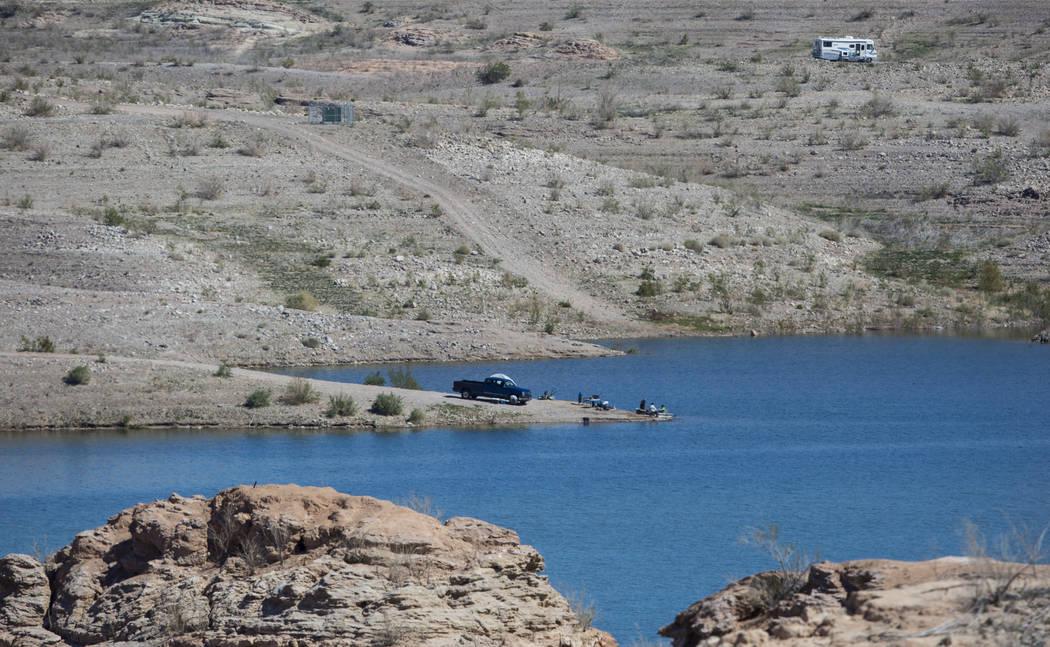 La gente se relaja en el área de la playa en la Bahía de Las Vegas en el Área Recreativa Nacional Lake Mead el lunes 19 de marzo de 2018. (Chase Stevens / Las Vegas Review-Journal) @csstevensphoto