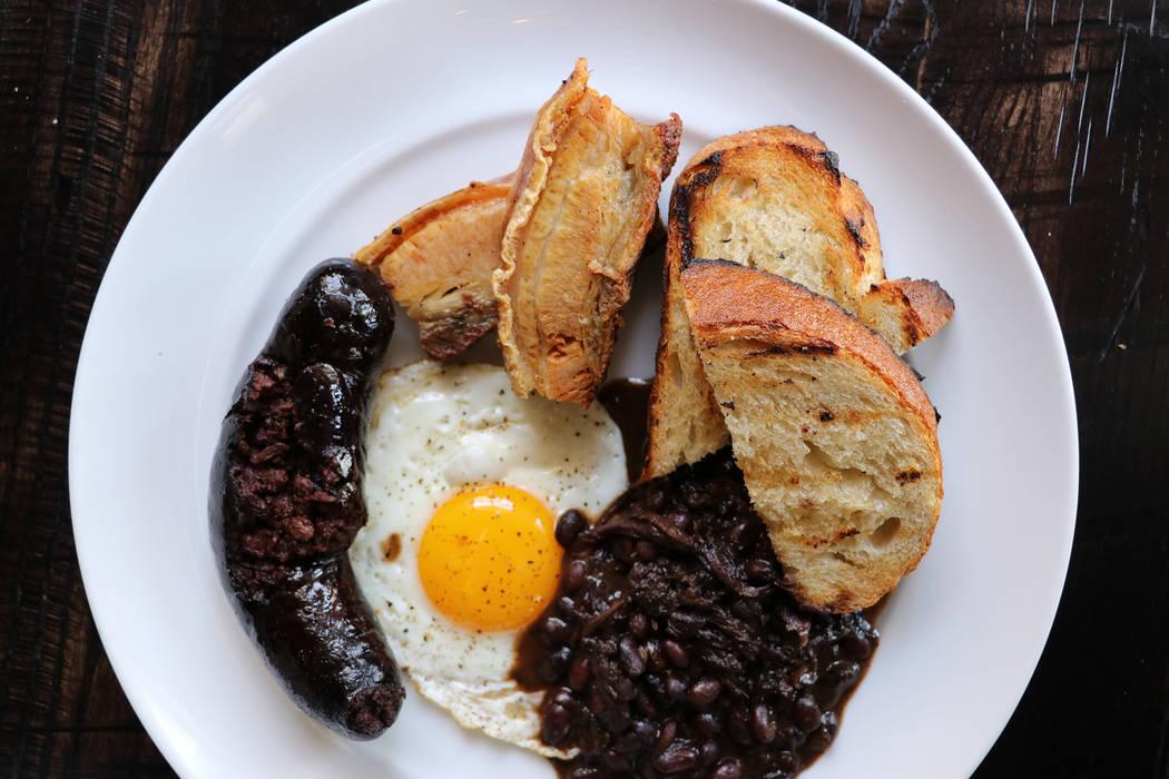 Desayuno irlandés con huevo estrellado, salchicha negra, panceta, frijoles, pan tostado ($ 18) en The Kitchen at Atomic. (The Kitchen at Atomic)