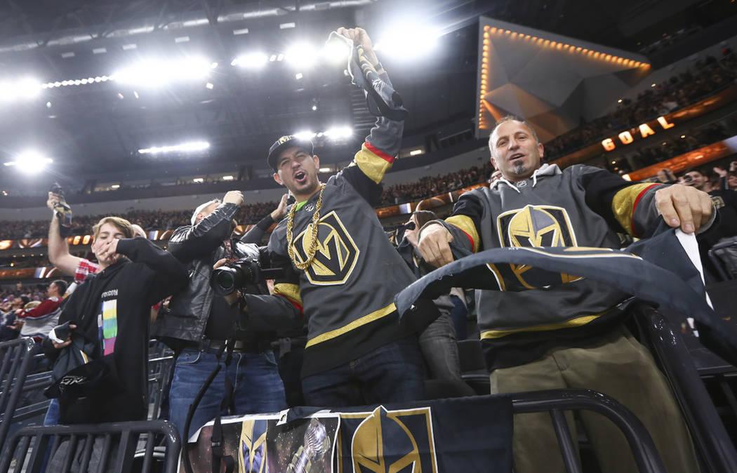Aficionados celebran un gol de Vegas Golden Knights contra Colorado. Lunes 26 de marzo de 2018 en T-Mobile Arena de Las Vegas. Foto Chase Stevens / Las Vegas Review-Journal.