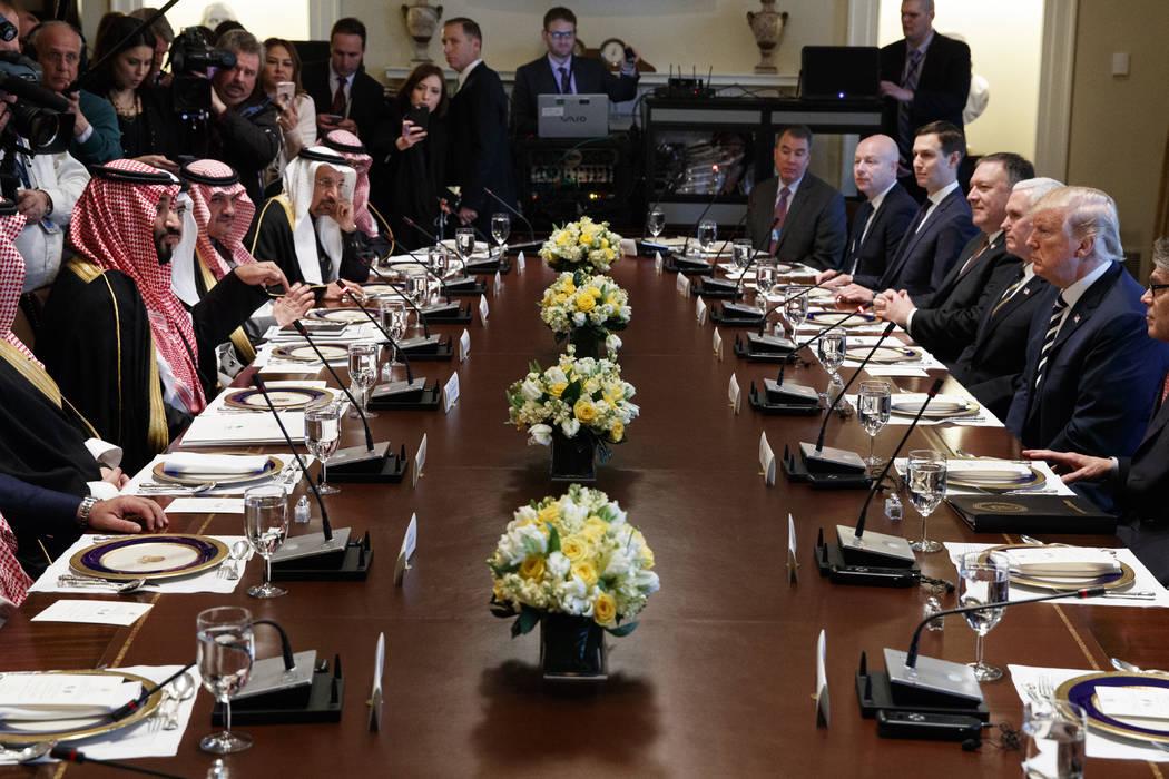 El presidente Donald Trump escucha mientras el Príncipe Heredero de Arabia Saudita: Mohammed bin Salman habla durante un almuerzo de trabajo en la Sala del Gabinete de la Casa Blanca, el martes 2 ...
