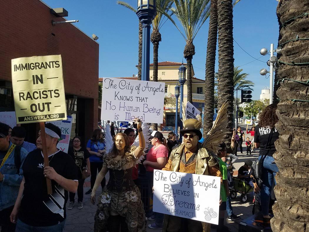 """ARCHIVO.- Miles de personas protestaron hoy en Los Ángeles, California, en rechazo a la propuesta del presidente Donald Trump para regularizar la situación de un millón 800 mil """"dreamers"""" y exi ..."""
