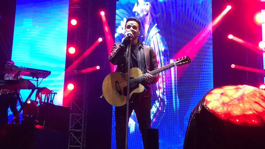 """Luis Fonsi ofreció un concierto que duró alrededor de dos horas en la Plaza Monumental, en Tijuana, donde interpretó canciones como """"Despacito"""", """"Échame la culpa"""", """"No me doy por vencido"""", por ..."""