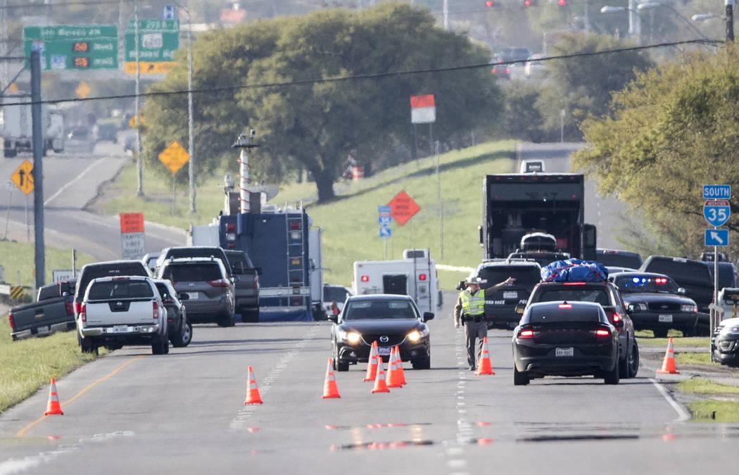 Funcionarios trabajan en un área bloqueada cerca de donde un sospechoso de una serie de ataques con bombas en Austin se inmoló cuando las autoridades se acercaron, el miércoles 21 de marzo de 2 ...