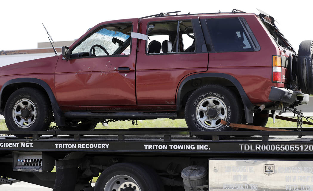 Las autoridades retiraron el auto del sospechoso en una serie de ataques con bombas en Austin desde donde explotó mientras las autoridades se acercaban, el miércoles 21 de marzo de 2018, en Roun ...