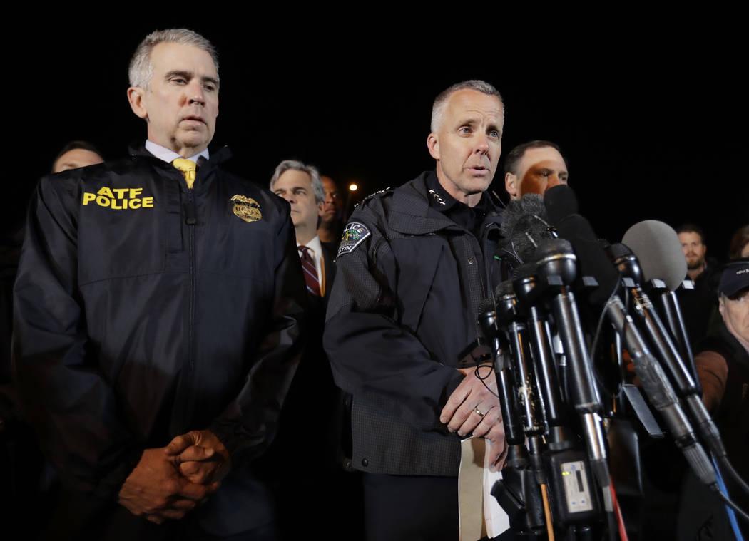 El jefe interino de la policía de Austin: Brian Manley, a la derecha, se encuentra con otros miembros de la policía mientras informa a los medios el miércoles 21 de marzo de 2018 en el suburbio ...