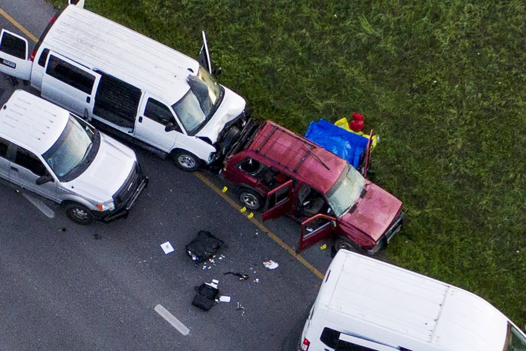 Las autoridades investigan cerca de un vehículo, en el centro, donde un sospechoso de los atentados con bomba que aterrorizaron a Austin se inmoló cuando las autoridades se acercaron a él, en R ...