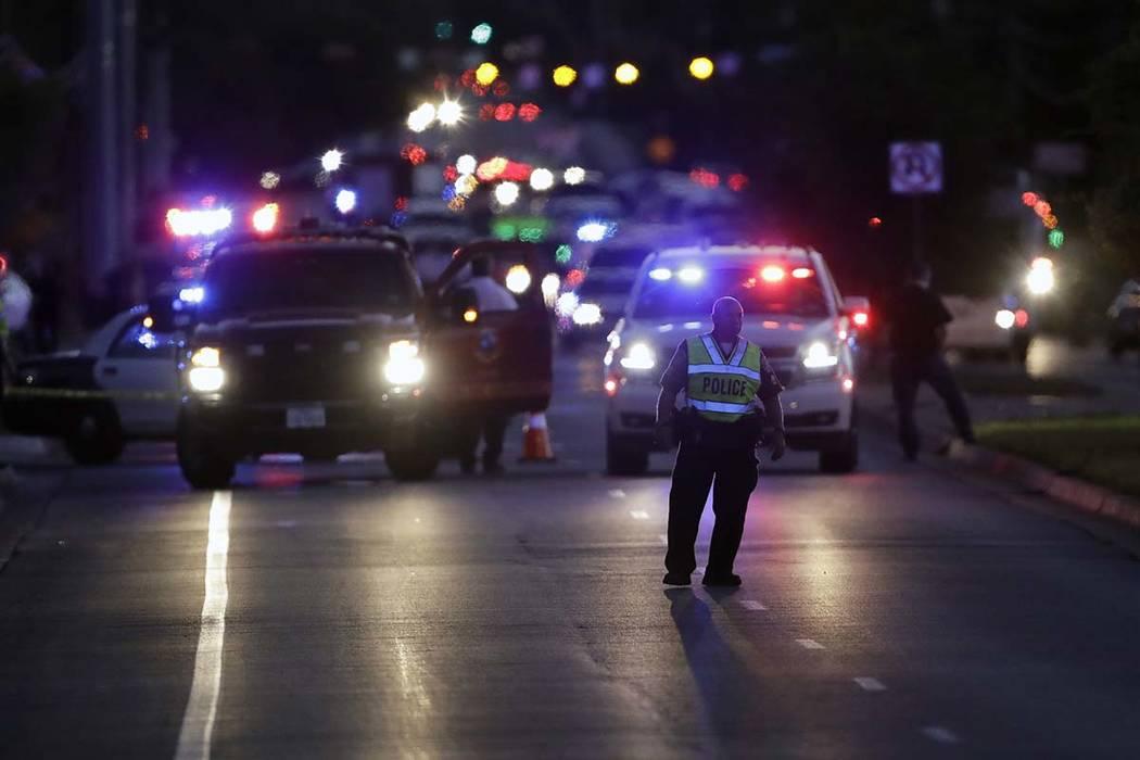 La etapa de vehículos de emergencia cerca del sitio de otra explosión, el martes 20 de marzo de 2018, en Austin, Texas. La madrugada del miércoles, el sospechoso murió cuando detonó un dispos ...