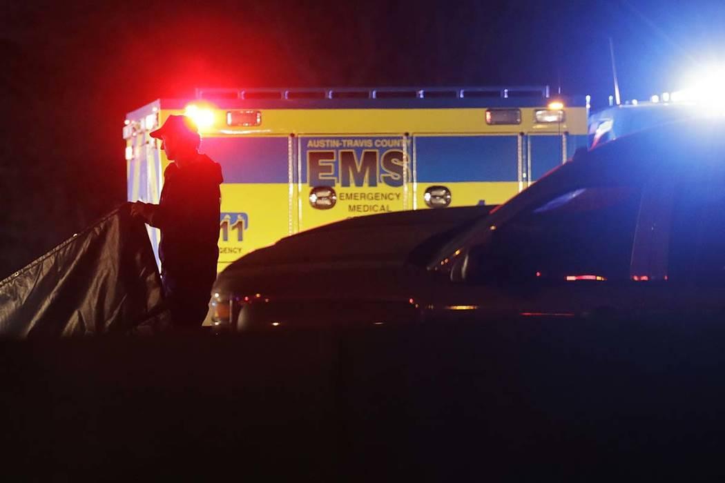 Funcionarios trabajan en la escena donde el sospechoso en una avalancha de ataques con bombas que han aterrorizado a Austin durante el último mes se hizo estallar con un artefacto explosivo mient ...