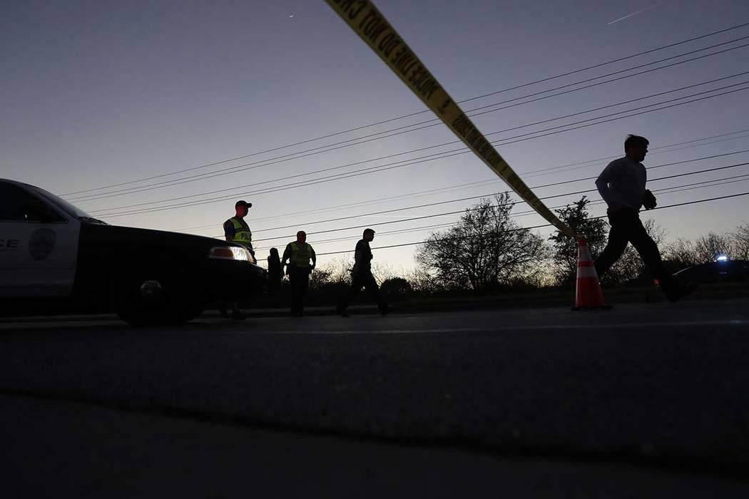 La policía dijo que un hombre de 24 años era el sospechoso de una avalancha de atentados con bomba desde el 2 de marzo. Murió cuando detonó un dispositivo en su automóvil cuando las autoridad ...