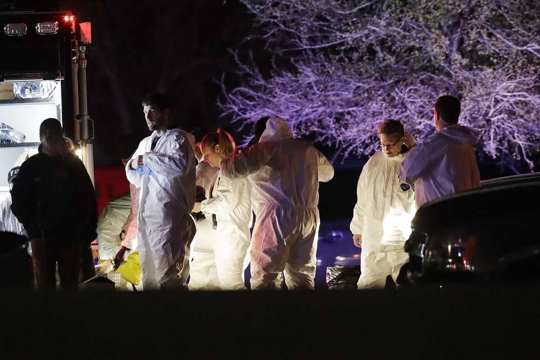 Miembros de las fuerzas del orden cerca del área donde un sospechoso de una serie de ataques con bombas en Austin se inmoló cuando las autoridades se acercaron, el miércoles 21 de marzo de 2018 ...