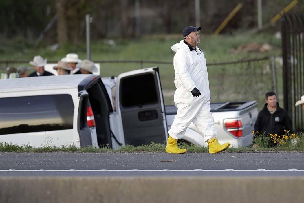 Los oficiales investigan la escena en la que un sospechoso de una serie de ataques con bombas en Austin se inmoló cuando las autoridades se acercaron, el miércoles 21 de marzo de 2018, en Round  ...