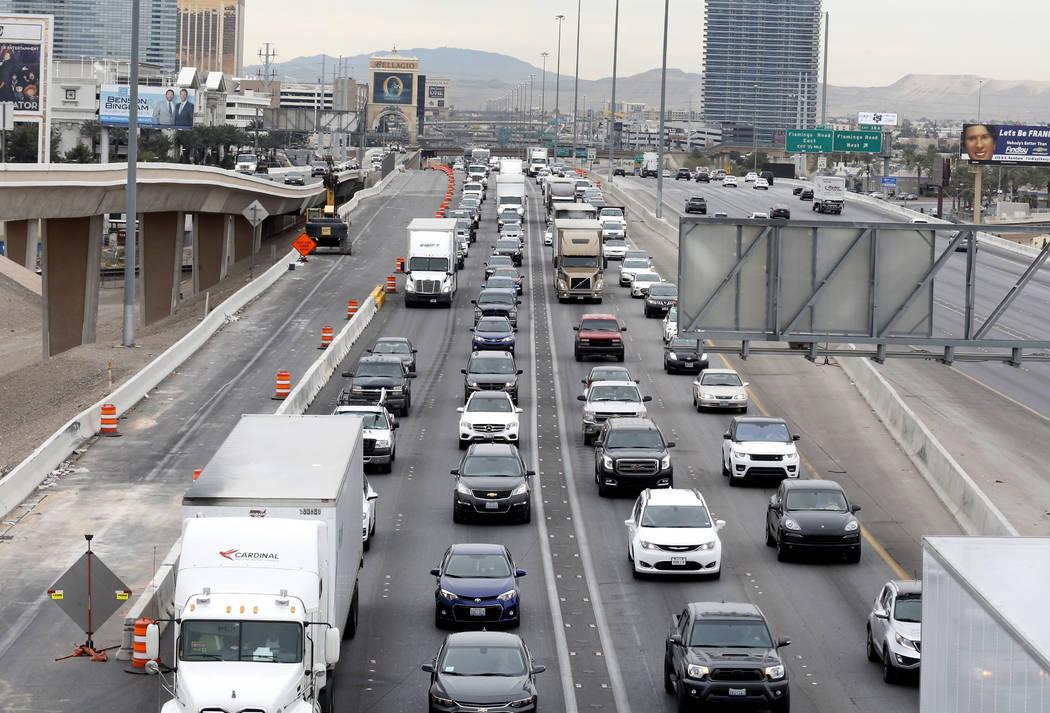 """El miércoles 7 de marzo de 2018, el tráfico retrocede en las vías hacia el norte de la Interestatal 15 en Las Vegas debido al """"Main Event"""", la reconfiguración de un billón de dólares del cru ..."""