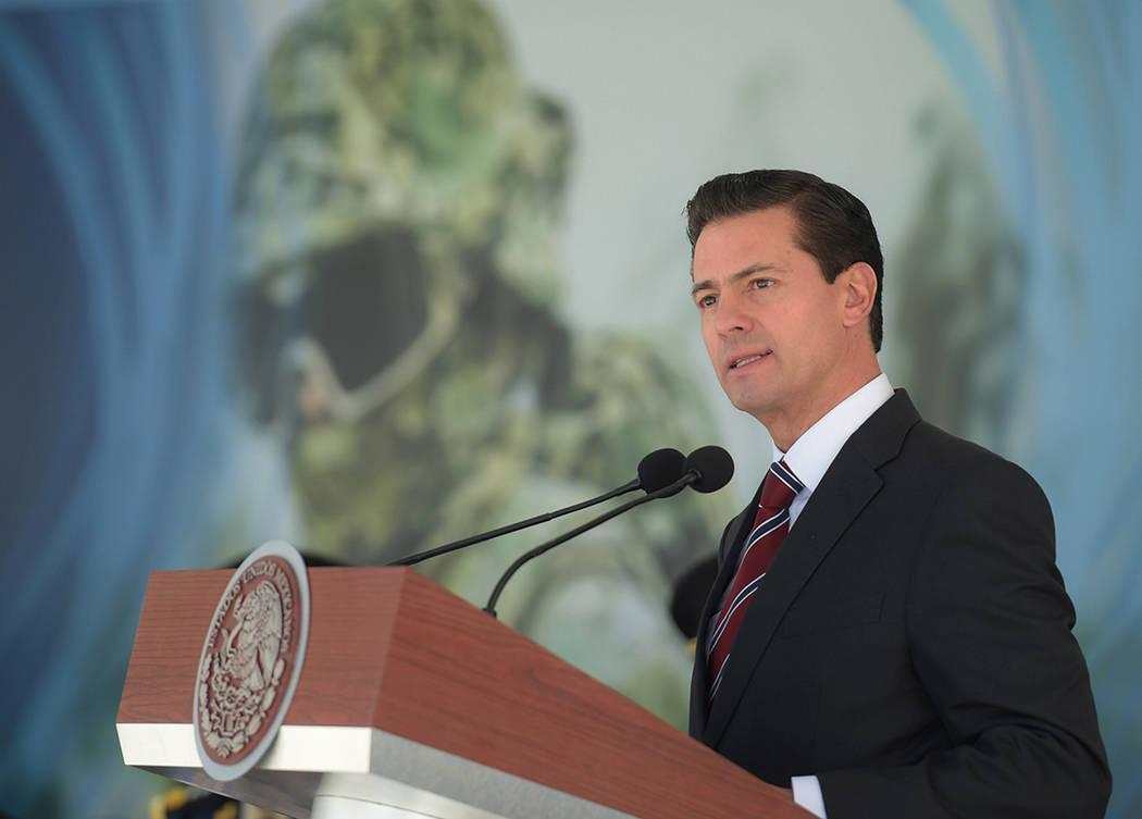 ARCHIVO.- El presidente Enrique Peña Nieto encabezó la cermeonia de entrega de reconocimientos y menciones honoríficas a Unidades del Ejército, Fuerza Aérea y Armada de México. México, 23 M ...