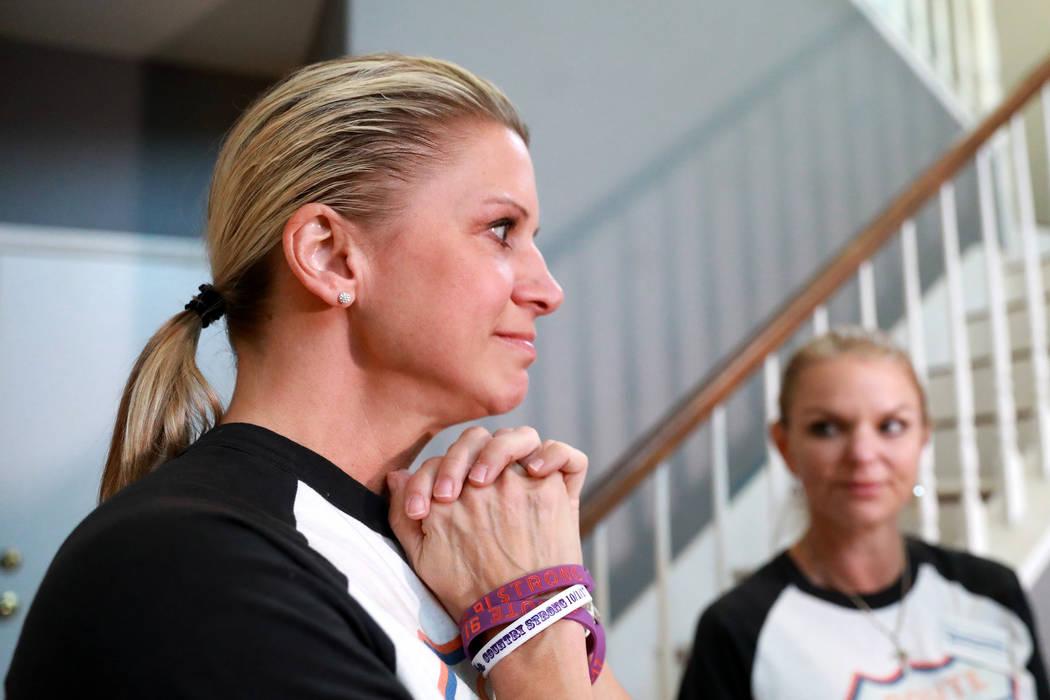 Lisa Fine, sobreviviente del festival y fundadora de Route 91 Strong, reacciona luego de dar un cheque a un sobreviviente en Las Vegas el domingo 25 de febrero de 2018. (Andrea Cornejo / Las Vegas ...