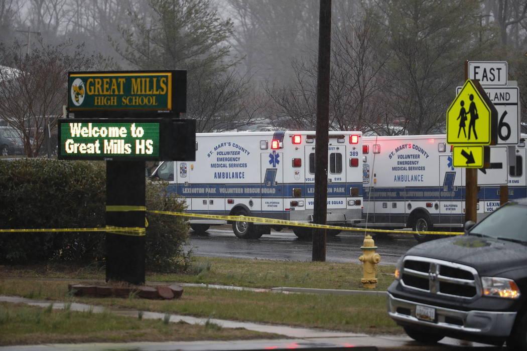 Oficiales, agentes federales y personal de rescate convergen en la escuela secundaria de Great Mills, en la escena de un tiroteo el martes por la mañana, 20 de marzo de 2018 en Great Mills, Maryl ...