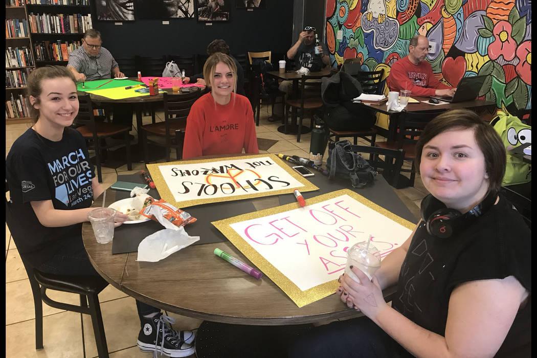 Las estudiantes: Sierra McAfee-Darrough, izquierda, Taylor Lane y Sadie Little hacen letreros en una cafetería en Las Vegas el jueves 22 de marzo de 2018, en preparación para el evento nacional  ...