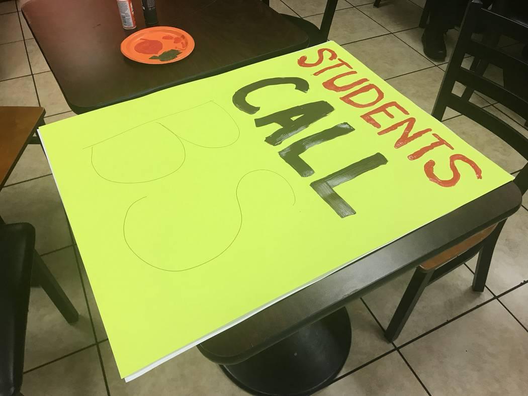 Un letrero que los organizadores esperan usar para el evento March for Our Lives en Las Vegas el sábado, se ve en una cafetería en Las Vegas el jueves 22 de marzo de 2018. (Amelia Pak-Harvey / L ...