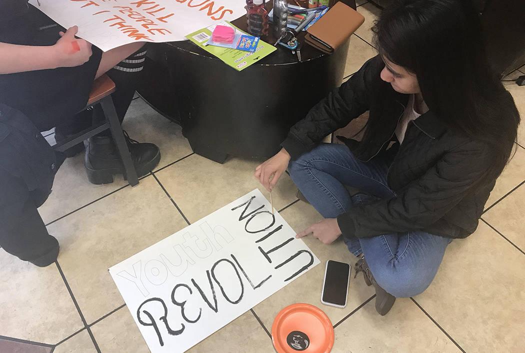 La estudiante de la UNLV: Jessie Padua hace carteles en una cafetería en Las Vegas el jueves 22 de marzo de 2018, en preparación para el evento nacional March For Our Lives el sábado. (Amelia P ...