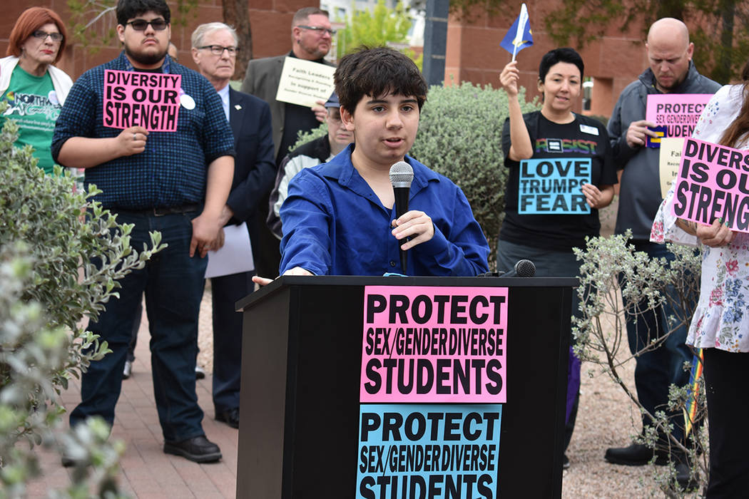 Miembros de organizaciones a favor de la comunidad LGBTQ realizaron una conferencia de prensa previa a la sesión pública. Jueves 22 de marzo de 2018 en Comisión del Condado Clark. Foto Anthony  ...