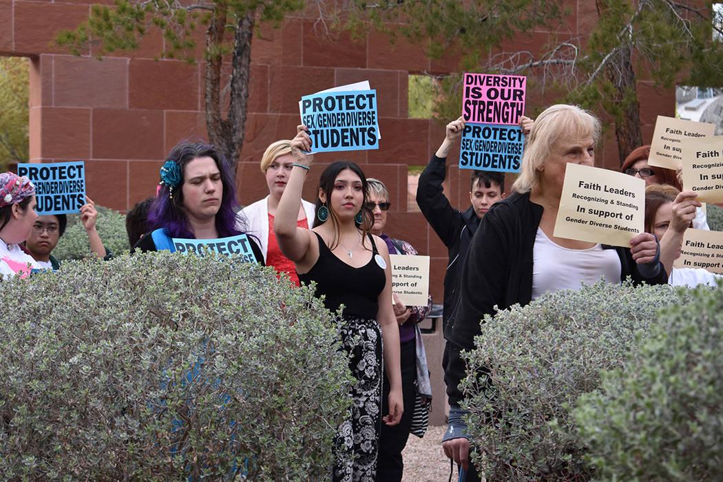 Distintas personas se manifestaron con pancartas. Jueves 22 de marzo de 2018 en Comisión del Condado Clark. Foto Anthony Avellaneda / El Tiempo.