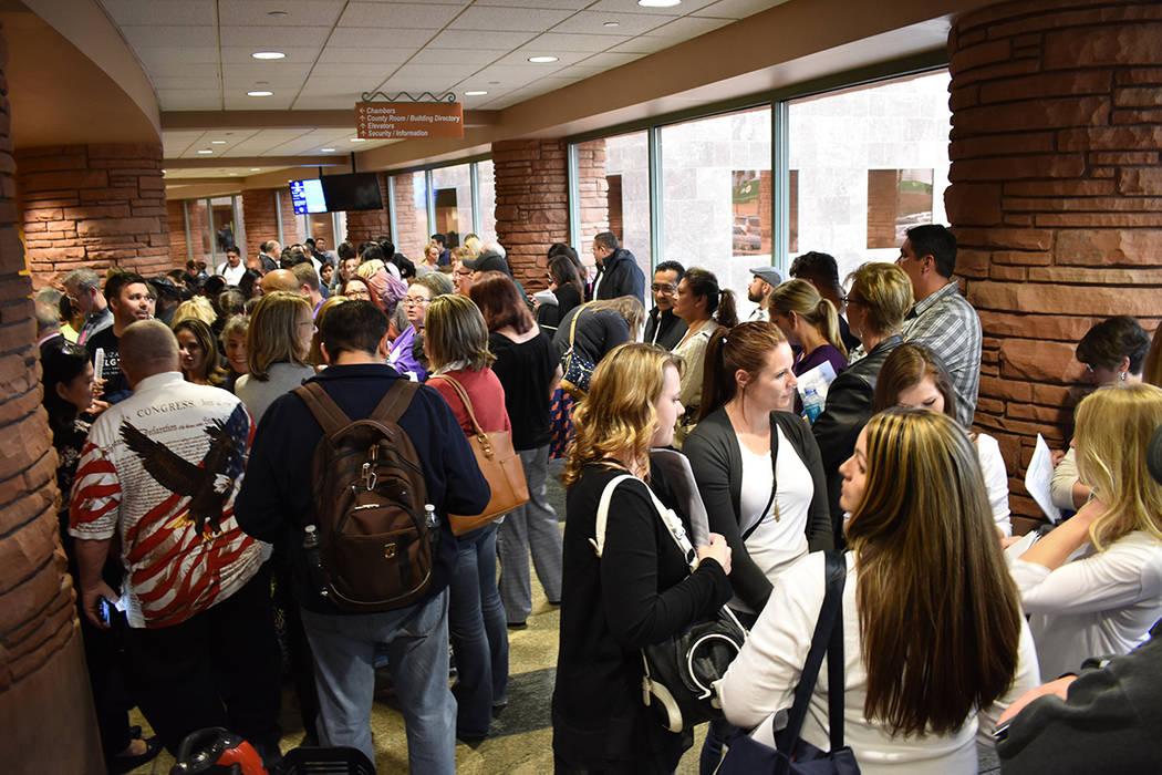 Largas filas para ingresar a la sala de juntas demostraron el interés en el tema. Jueves 22 de marzo de 2018 en Comisión del Condado Clark. Foto Anthony Avellaneda / El Tiempo.
