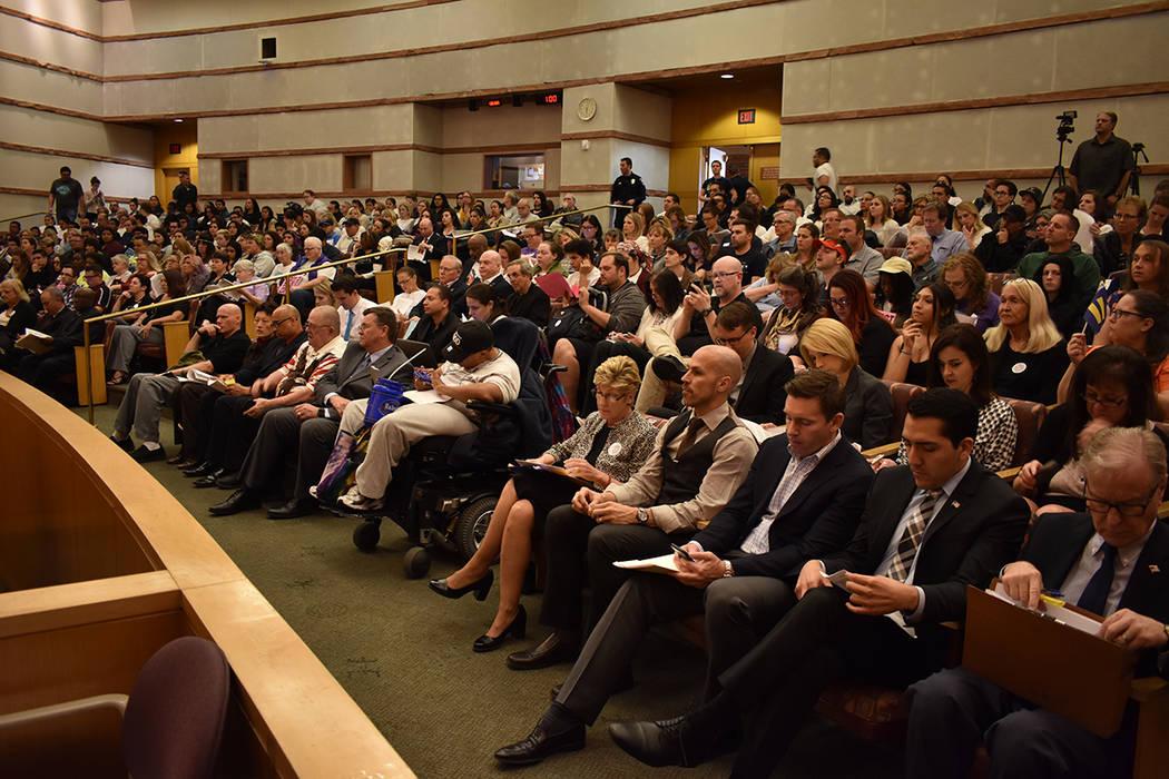 Más de 200 personas acudieron a la reunión pública para hablar sobre los derechos de los estudiantes de género diverso. Jueves 22 de marzo de 2018 en Comisión del Condado Clark. Foto Anthony  ...